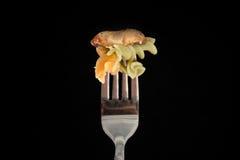 fusilli еды флейворов предпосылки белизна макаронных изделия цветастого итальянская Стоковые Изображения