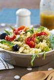 Fusilli с высушенным Sun салатом томата Стоковые Изображения RF