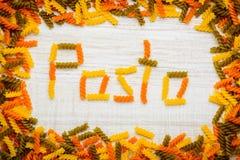 Κείμενο ζυμαρικών με χρωματισμένο Fusilli Στοκ φωτογραφία με δικαίωμα ελεύθερης χρήσης