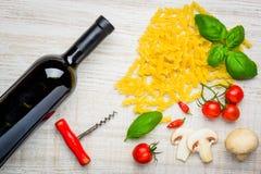 Ιταλικά ζυμαρικά Fusilli κουζίνας και κόκκινο κρασί Στοκ Εικόνες
