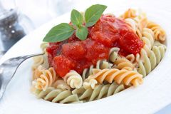 Fusilli avec la sauce tomate Photographie stock
