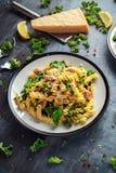 Fusilli casalingo della pasta con il pollo, il cavolo verde, l'aglio, il limone ed il parmigiano Alimento domestico sano immagini stock libere da diritti