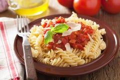 Fusilli classique italien de pâtes avec la sauce tomate et le basilic Images stock