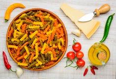 Fusilli colorato Doppia Rigatura ed alimento Fotografia Stock