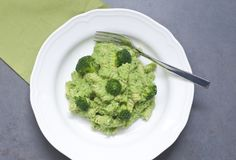 Fusilli com creme verde dos brócolis Foto de Stock
