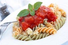 Fusilli com molho de tomate Fotografia de Stock