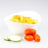 Fusilli com o tomate do caril, dos camarões, do abobrinha e de cereja Imagem de Stock Royalty Free
