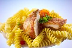 Fusilli con el pollo aislado Fotografía de archivo libre de regalías
