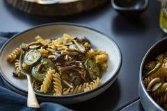 Fusilli con il fungo, l'aglio e lo zucchini Immagini Stock Libere da Diritti