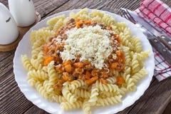 Fusilli della pasta con la salsa bolognese del manzo del pomodoro sulla tavola di legno Fotografie Stock