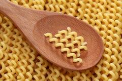 Fusilli della pasta in un cucchiaio di legno Immagine Stock Libera da Diritti