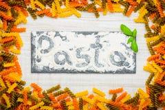 Κείμενο ζυμαρικών στο αλεύρι με χρωματισμένο Fusilli Doppia Rigatura Στοκ εικόνα με δικαίωμα ελεύθερης χρήσης