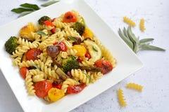 Fusilli Italiaanse deegwaren met gekleurde groenten Stock Afbeelding