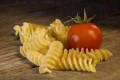 Fusilli italiano de las pastas con el tomate fotografía de archivo libre de regalías