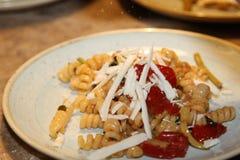 Fusilli makaron z świeżymi pomidorami Obraz Stock
