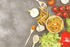 Fusilli makaron z szpinakiem i pomidorami Fotografia Royalty Free