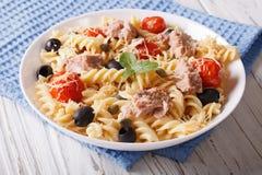 Fusilli makaron z tuńczykiem, pomidorami i parmesan na stole, Hor Obrazy Royalty Free