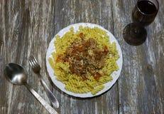 Fusilli med tonfisk och ost på träbakgrunden Hemlagad pasta med tomaten, ost och örter Sund matställe med skaldjur arkivbilder