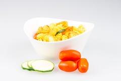 Fusilli mit Curry-, Garnelen-, Zucchini- und Kirschtomate Lizenzfreie Stockbilder