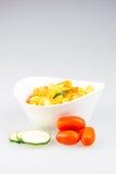 Fusilli mit Curry-, Garnelen-, Zucchini- und Kirschtomate Stockbild