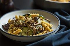 Fusilli mit Pilz, Knoblauch und Zucchini Stockbilder
