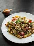 Fusilli-Nudelsalat mit Tomate, der Hühnerbrust, Zwiebel und Olive mit Soße in der Platte Lizenzfreie Stockfotografie