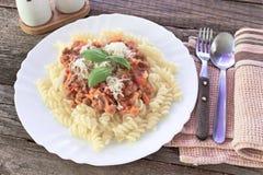 Fusilli pasta med bolognese sås Fotografering för Bildbyråer