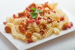 Fusilli pasta med champinjoner och bacon Royaltyfri Foto