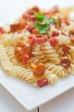 Fusilli pasta med champinjoner och bacon Royaltyfri Fotografi