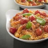 Fusilli pasta med Cherrytomater Arkivfoto