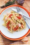 Fusilli pasta med den rökte laxen och tomater Fotografering för Bildbyråer