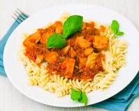 Fusilli pasta med det fega bröst i tomatsås Royaltyfria Bilder