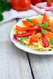 Fusilli pasta med körsbärsröda tomater, basilika och peppar ost, bästa sikt, kopieringsutrymme royaltyfria bilder
