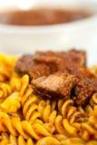 Fusilli pasta med neapolitan sås för stilragukött fotografering för bildbyråer