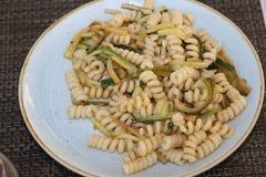 Fusilli pasta med zucchinin Fotografering för Bildbyråer