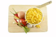 Fusilli, spaghetti, knoflook, Spaanse peper, ui, ei en tomaat op w Stock Foto