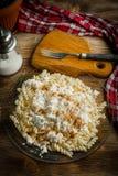 Fusilli-Teigwaren mit Hüttenkäse, Zucker und Zimt lizenzfreie stockbilder