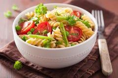 Fusilli végétarien de pâtes avec des herbes de pois de tomate Images libres de droits