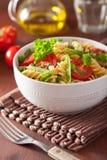 Fusilli vegetariano della pasta con le erbe dei piselli del pomodoro Immagine Stock