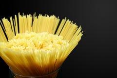 Fusillideegwaren en spaghetti in glas Stock Foto's