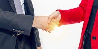 Fusion und Erwerb Managergeschäftsmannhändedruck mit Frau stockbild