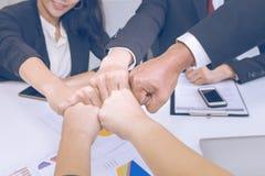 Fusion und Erwerb Senior Manager, die denken und sich treffen stockfoto