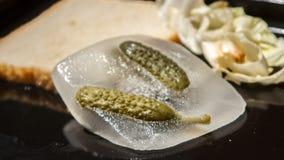 Fusione congelata cetriolini marinata verde stock footage