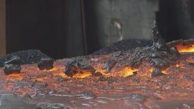 Fusione del minerale metallifero del quarzo archivi video
