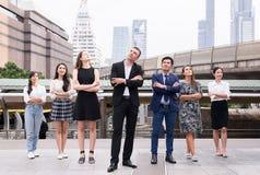 Fusionen und Erwerb, erfolgreiche Gruppe Geschäftsverschiedenartigkeitsleute, Teamerfolgsleistungs-Handquerarme über unscharfem b lizenzfreies stockfoto