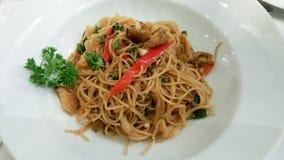 Fusionslebensmittel, thailändische Artspaghettis in der weißen Platte Lizenzfreies Stockfoto