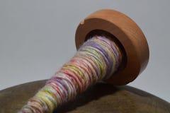Fuso di legno con il filato della mano Fotografia Stock