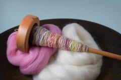 Fuso di legno con il filato della mano in una ciotola di legno di vagabondaggio della lana Fotografia Stock Libera da Diritti