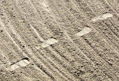 Fuss-Drucke und Sand Lizenzfreie Stockbilder