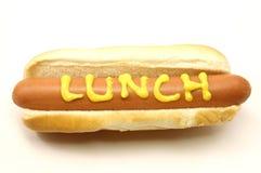 Fuss-langer Hotdog mit dem Mittagessen geschrieben in Senf Lizenzfreies Stockfoto